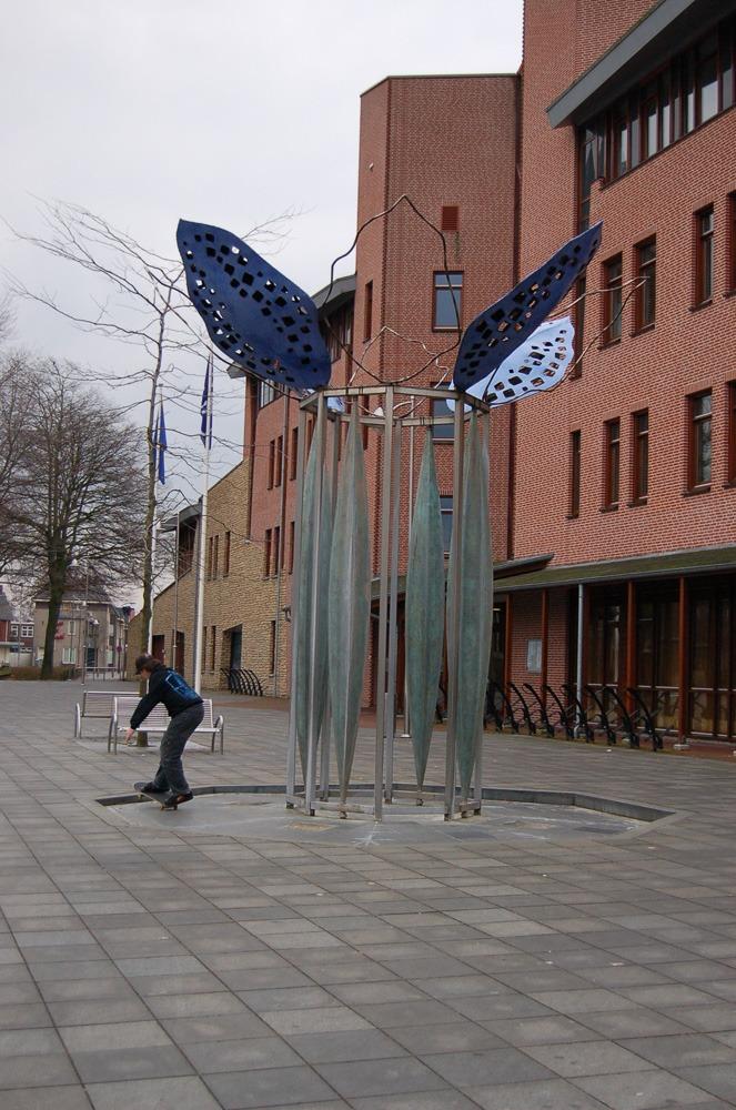 Buitenbeeld Fluisterboom Reusel messing roestvrijstaal en graniet 2005 03